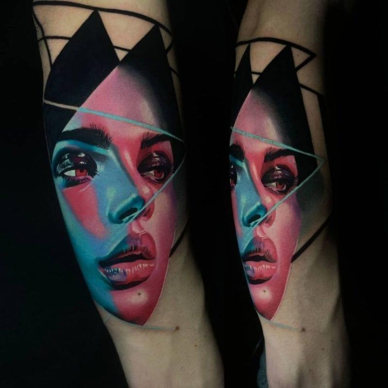 Tattoo realismo neon mujer
