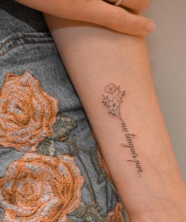 Tattoo palabra y flores